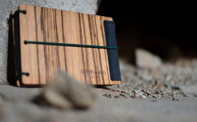 "PENNA.GR:Είναι οι ""Orphans' 1618"" και δημιουργούν τις πιο όμορφες ξύλινες τσάντες!"