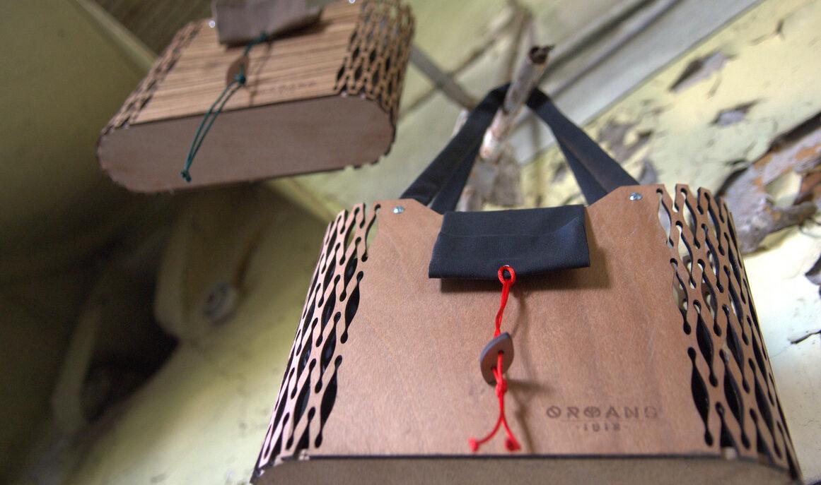 ERT.GR: Οι Orphans 1618 φιλοτεχνούν μοναδικές τσάντες και πορτοφόλια από ξύλο